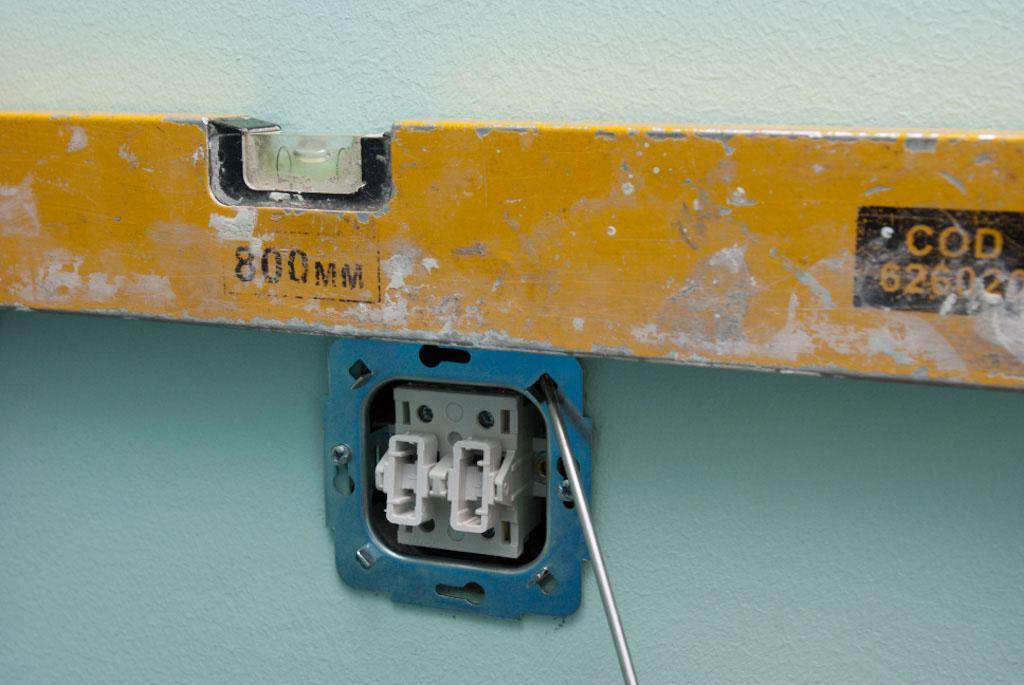 Устанавливаем выключатель по уровню