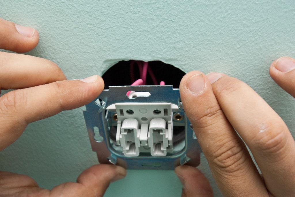 Устанавливаем корпус выключателя в отверстие
