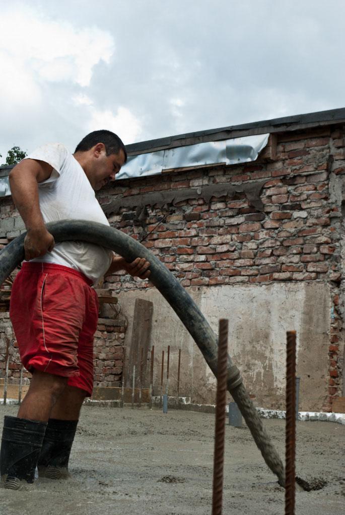 Как залить бетон из шланга