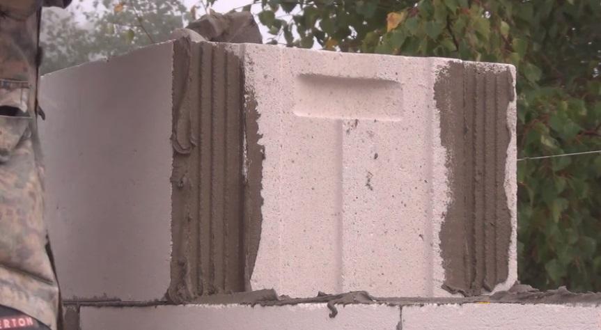 Нанесение клея на блоки