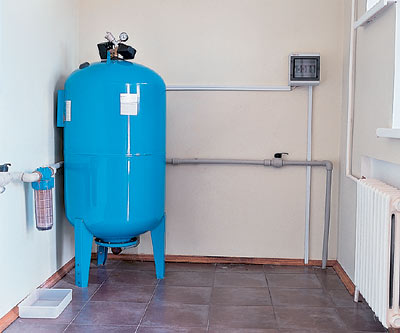 Гидроаккуму- ляторный бак удобно расположить в теплом подсобном помещении, подвале или на цокольном этаже дома