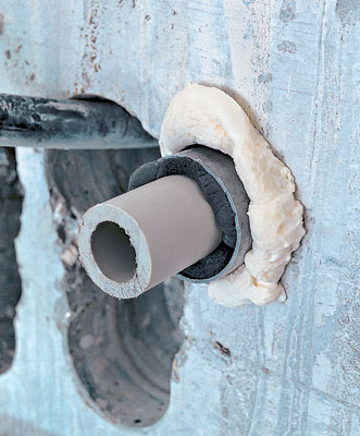 Магистральная полипропиленовая труба при вводе в коттедж пропущена через отрезок жесткой ПВХ-трубы большего диаметра