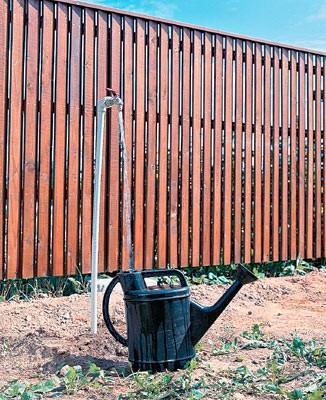 Один из кранов сезонной ветви водопровода для подключения системы полива