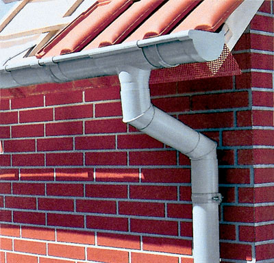 Фрагмент водосточной системы Inefa, позволяющей собирать дождевую воду с крыши коттеджа