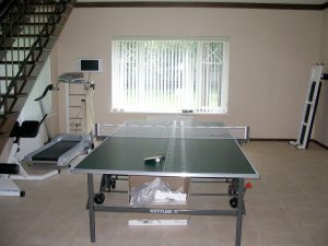 Теннисный стол и беговая дорожка в своем доме