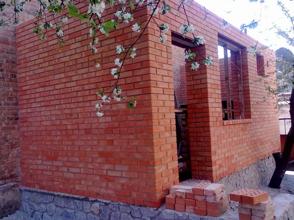 Пристрой дома из красного кирпича