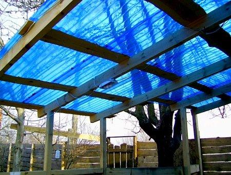 Синий пластиковый шифер даёт приятную тень