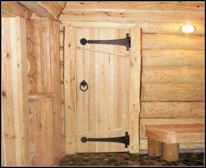 Деревянная дверь в бане