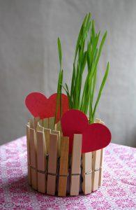 Как сделать вазочку из прищепок и консервной банки с сердечками