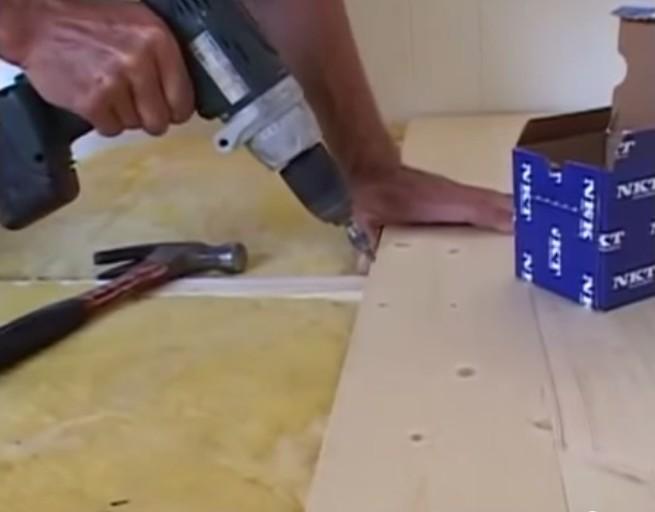 доски на каждой лаге закрепляются шурупами
