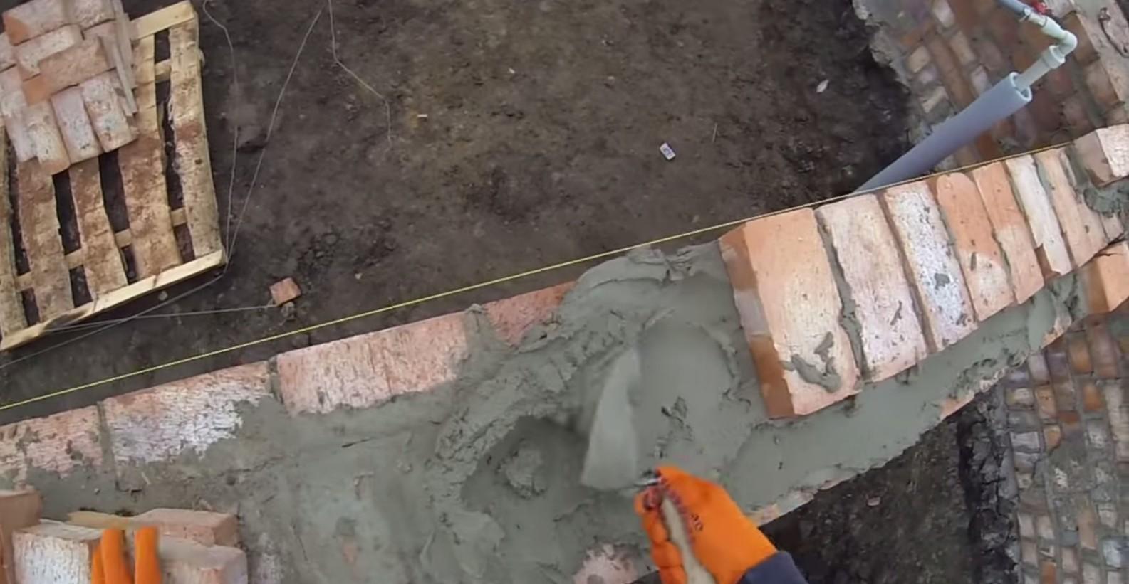 Кирпичные стены: между углами натягивается шнур (причалка) фото