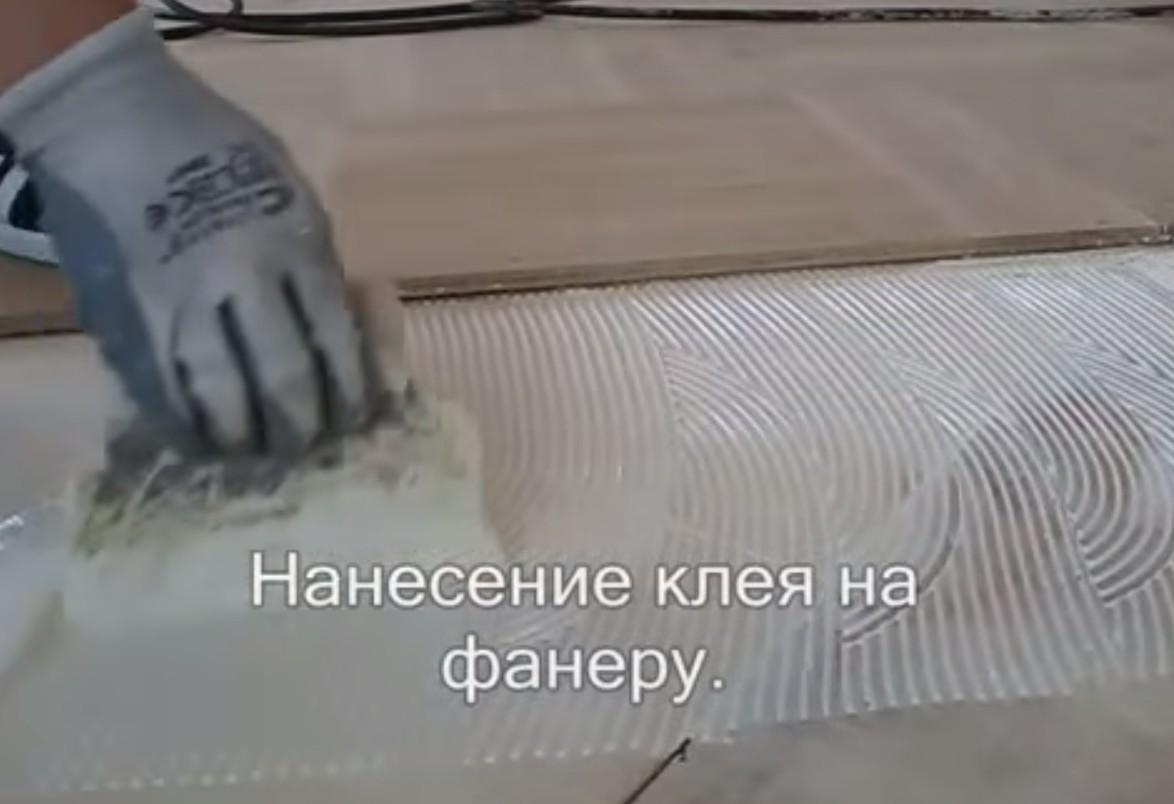 шпателем наносится клей на фанеру