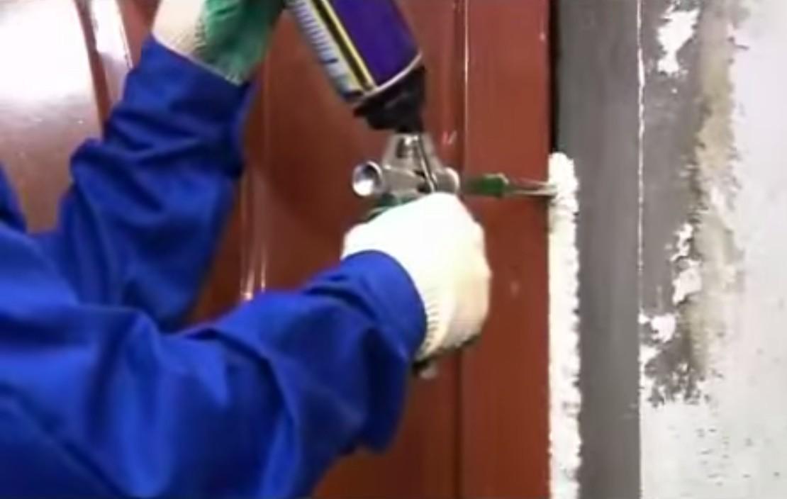 Пропенивание коробки стальной двери