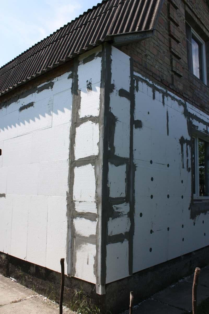 Укрепленные уголком углы дома, оконные откосы, рельефные выступы фото