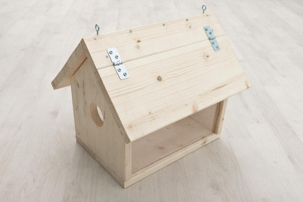 Деревянная кормушка для птиц фото