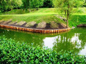 Укрепление берегов деревянными сваями