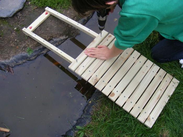 Как построить мостик на даче