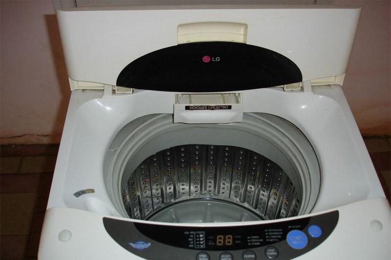 Стиральная машина-автомат активаторного типа с вертикальной загрузкой.