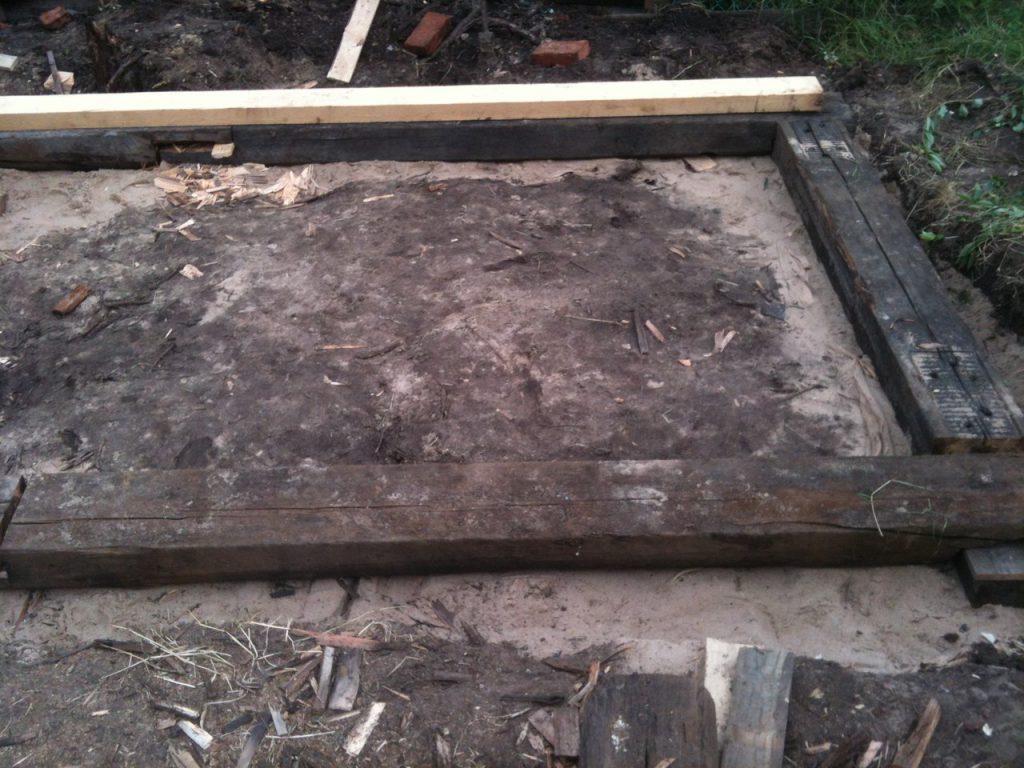 железнодорожные шпалы вместо бетонного фундамента