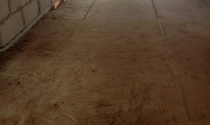 как выровнять пол песком
