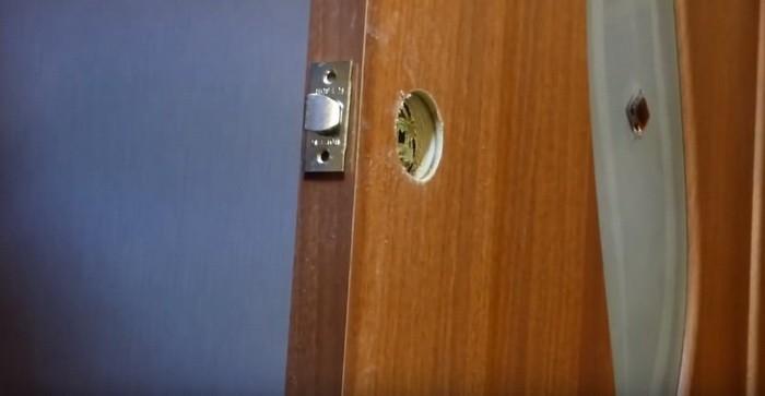 Установка, врезка замка в межкомнатную дверь