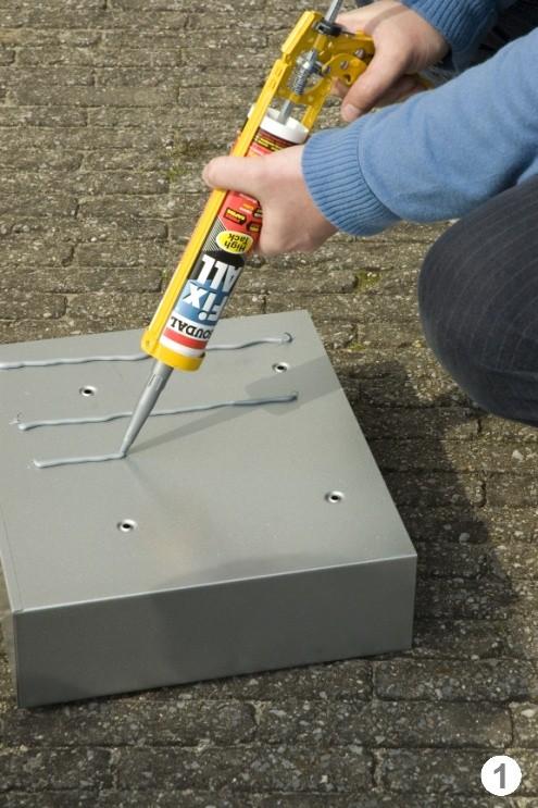 Наносим клей герметик на ящик