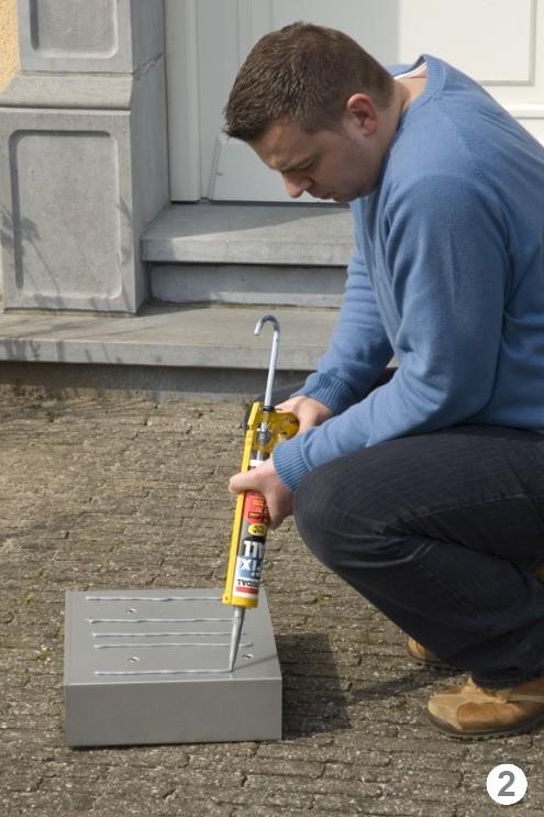 Наносим клей герметик на почтовый ящик
