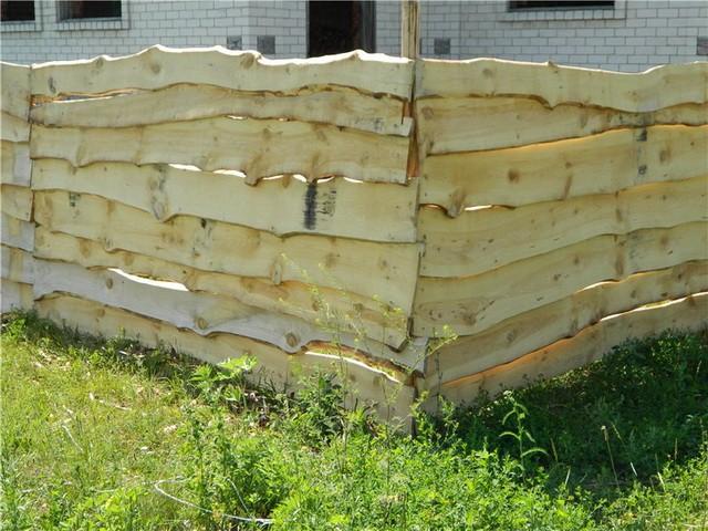 как установить забор из необрезной доски