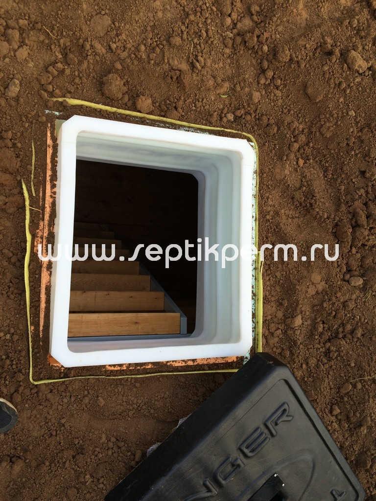Внутри пластикового погреба