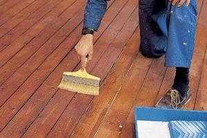 Нанесение грунтовки и влагозащиты на деревянный пол