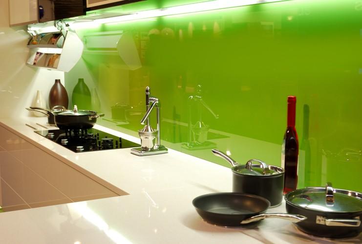 Отделка кухни цветным стеклом