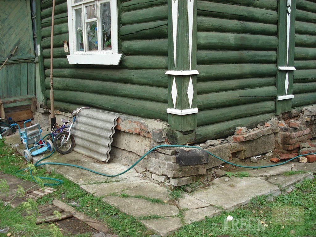 Для такого дома требуется ремонт фундамента