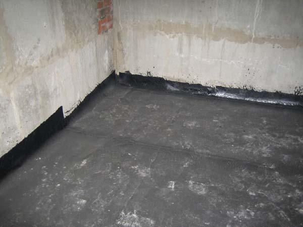 Рубероид, уложенный на полу подвала