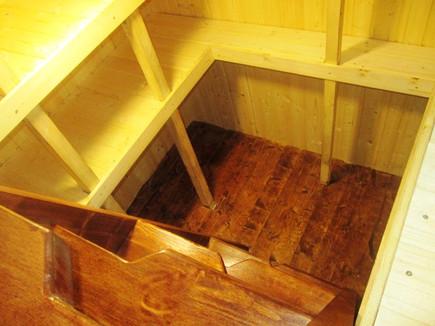деревянная лестница в погребе Тортила