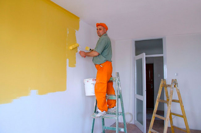 Процесс покраски стен акриловой краской