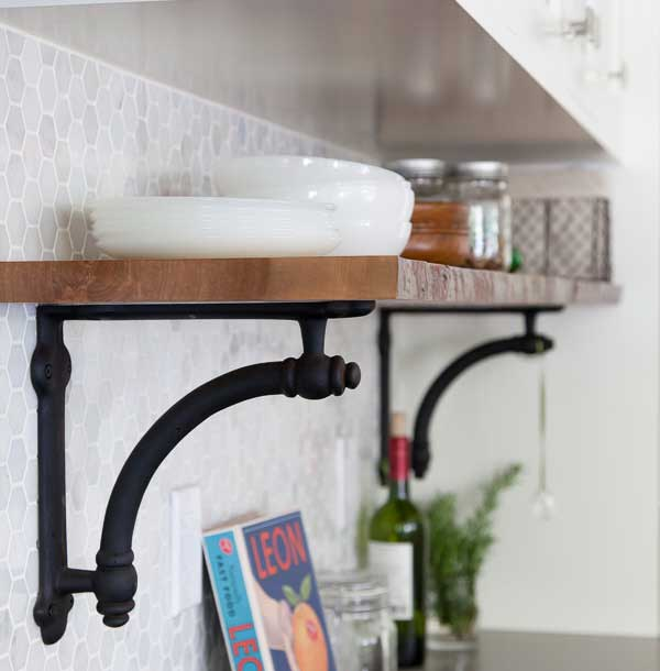 Как увеличить место в кухнях-хрущевках: подвеска полочек