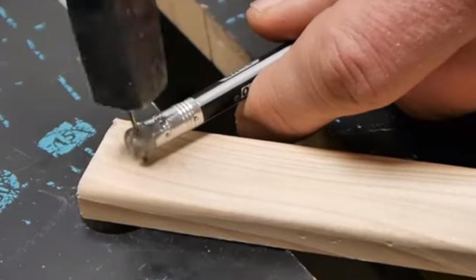 Как гвоздь поддержать резинкой карандаша
