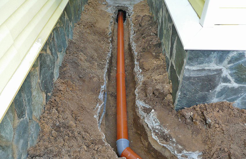 Подводящая канализационная труба уложена довольно неглубоко