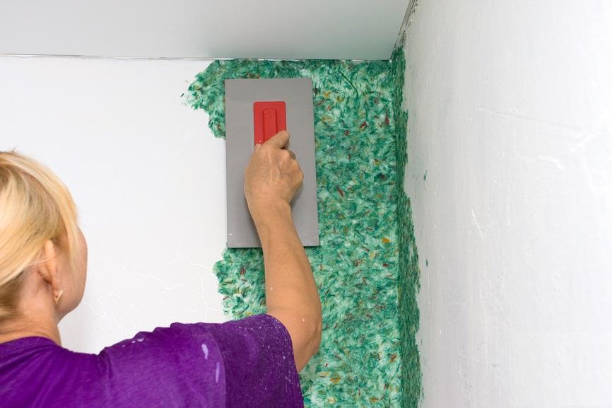 Жидкие обои способны скрадывать любые неровности, имеющиеся на поверхности стен
