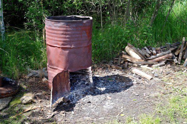 сжигать мусор можно в бочке