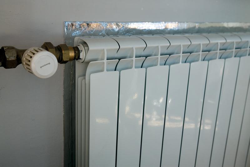 Теплоотдача радиаторов повышается при наличии отражающего экрана
