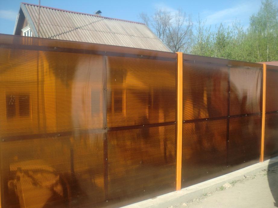 поликарбонатный забор хорошо защищает от шума