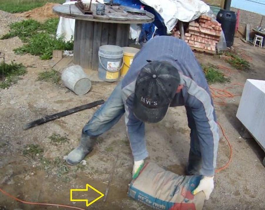 Мешок цемента укладывается на арматуру