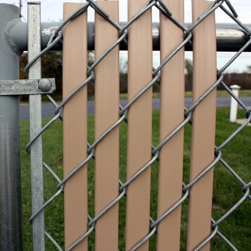 штакетины в сетчатом заборе