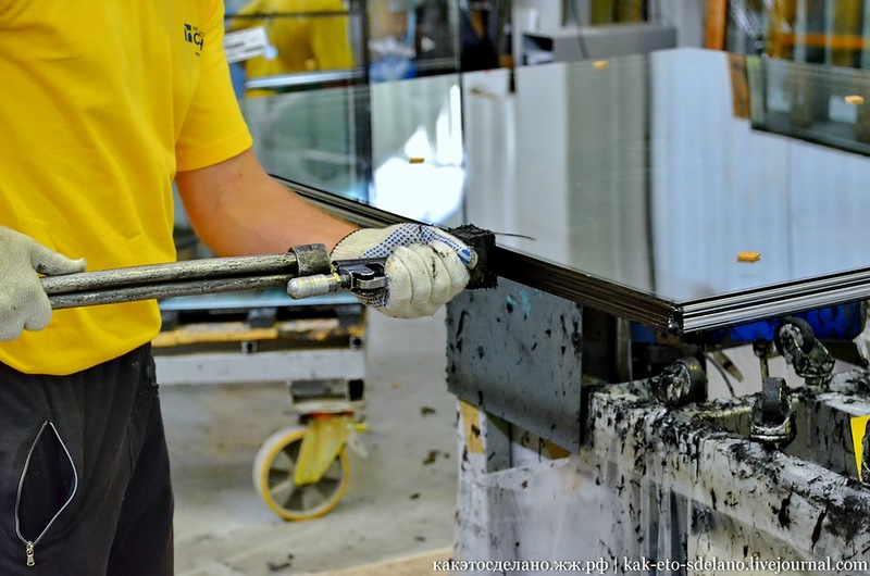 Нанесение герметика на стеклопакет
