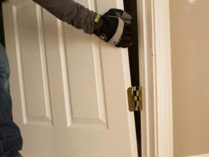 Чтобы отремонтировать дверь, зачастую приходится ее снимать