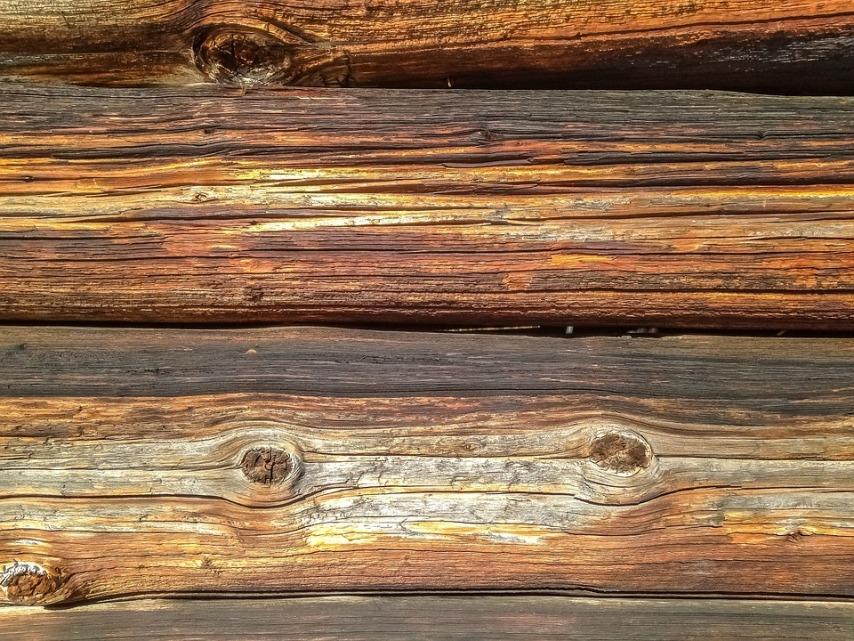 Применение качественных защитных веществ для ухода за деревянным домом