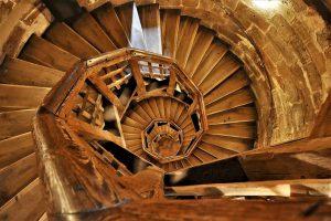 Как ухаживать за лестницей из дерева