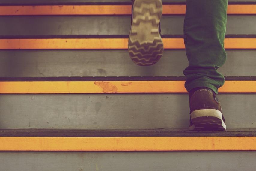 Для чего красить лестницу из дерева