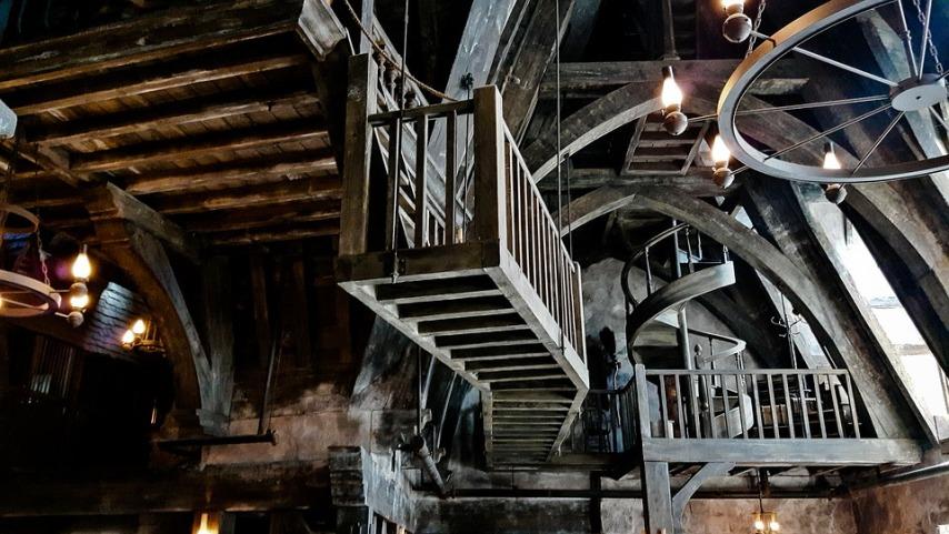 Краски и антисептики для сохранения привлекательности и качестве деревянной лестницы